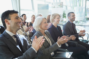 Group of business people applauding at conferenceの写真素材 [FYI02293070]