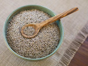 Chia seeds in bowlの写真素材 [FYI02293071]