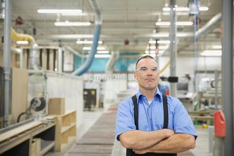 Portrait of confident manufacturing workerの写真素材 [FYI02293289]