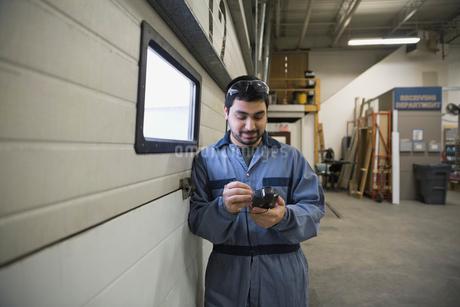 Worker using handheld bar code readerの写真素材 [FYI02293324]