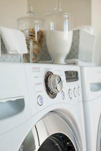 Close-up of washing machineの写真素材 [FYI02293345]