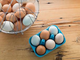 Freshly gathered eggs in cartonの写真素材 [FYI02293381]