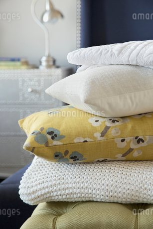 Pillows and blanket stacked in bedroomの写真素材 [FYI02293394]