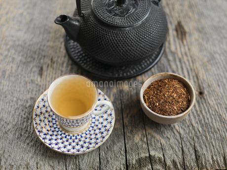Tea and kettle on wood tableの写真素材 [FYI02293418]
