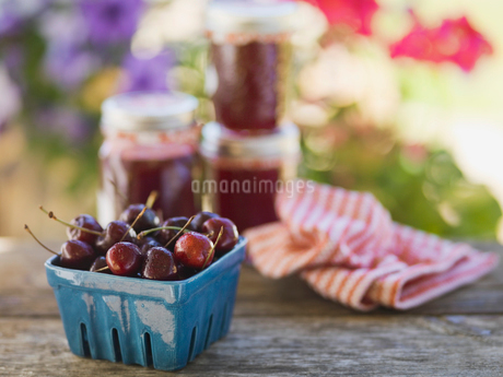Fresh cherries in pint container on tableの写真素材 [FYI02293428]