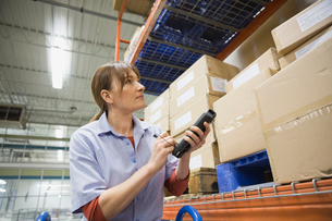 Worker using bar code reader in warehouseの写真素材 [FYI02293455]