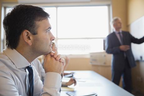 Attentive businessman in training classの写真素材 [FYI02293456]