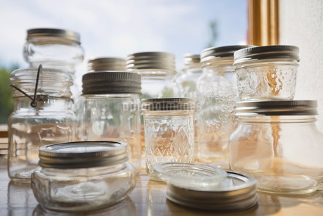 Assortment of empty canning jars on tableの写真素材 [FYI02293535]