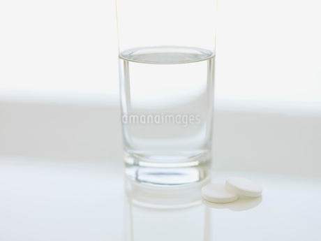 Glass of water and effervescent tabletsの写真素材 [FYI02293589]