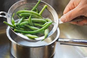 Green beans in colanderの写真素材 [FYI02293604]