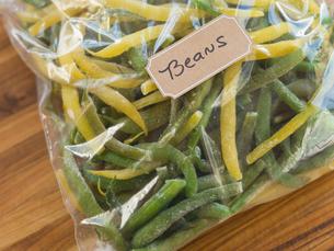 Fresh green beans in freezer bagの写真素材 [FYI02293608]