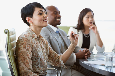 Side view of business people at conference table in board roomの写真素材 [FYI02293610]