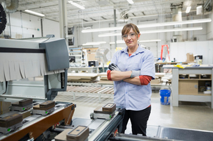 Portrait of confident female manufacturing workerの写真素材 [FYI02293694]