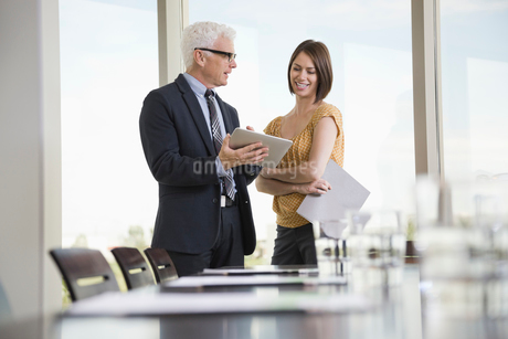 Business colleagues using a digital tabletの写真素材 [FYI02293696]