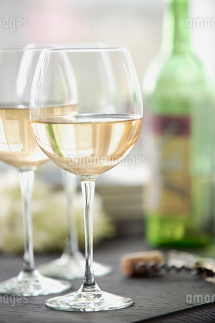 Wineglass on dining tableの写真素材 [FYI02293739]