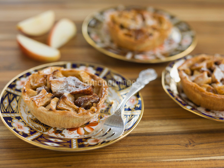 Apple tarts on platesの写真素材 [FYI02293755]