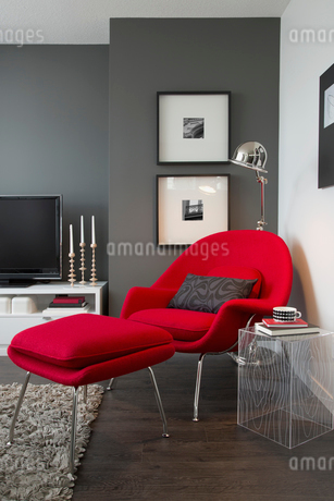 Modern red armchair and ottoman in contemporary living roomの写真素材 [FYI02293778]