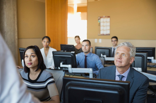 Business people attending computer training classの写真素材 [FYI02293902]