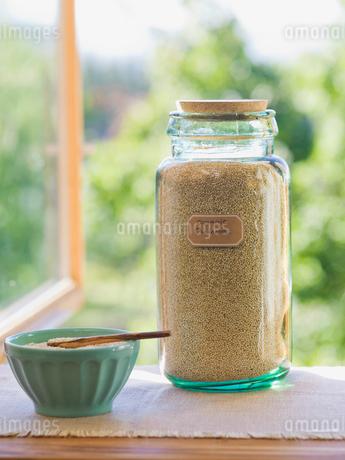 Organic quinoa in jarの写真素材 [FYI02293918]