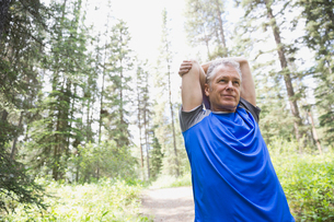 Middle-aged man stretching on outdoorsの写真素材 [FYI02293925]