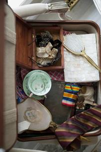 Overhead view of old memorabilia in suitcaseの写真素材 [FYI02293950]