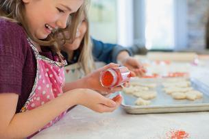 Girl decorating Christmas cookiesの写真素材 [FYI02293986]