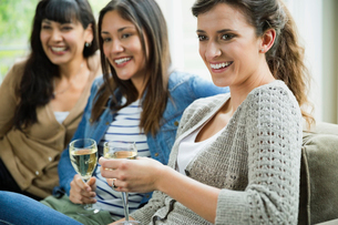 Women Socializing and Drinking Champagneの写真素材 [FYI02294012]