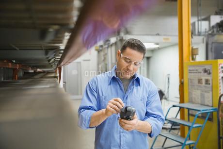 Worker using bar code reader in warehouseの写真素材 [FYI02294046]