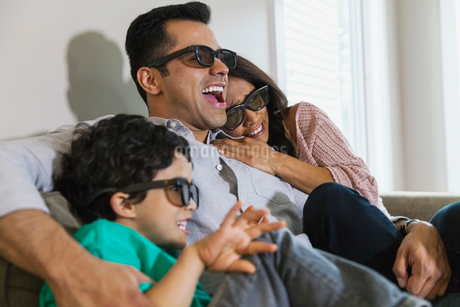 Family watching 3-D movie at homeの写真素材 [FYI02294102]