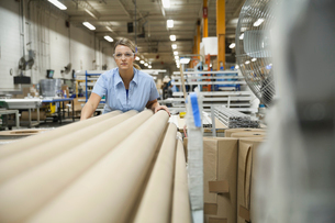 Female worker in warehouseの写真素材 [FYI02294230]