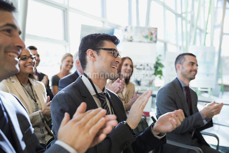 Businessmen applauding at conferenceの写真素材 [FYI02294258]