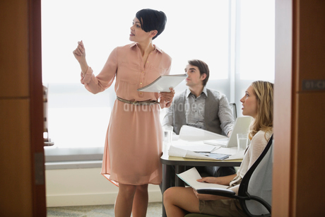 Businesswoman talking to colleagues during presentationの写真素材 [FYI02294270]