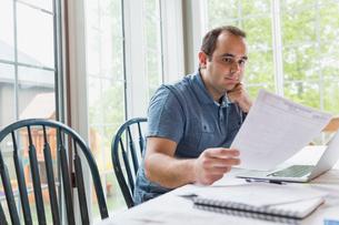 Man using laptop to pay billsの写真素材 [FYI02294277]