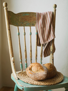 Bread loaves on wooden chairの写真素材 [FYI02294286]