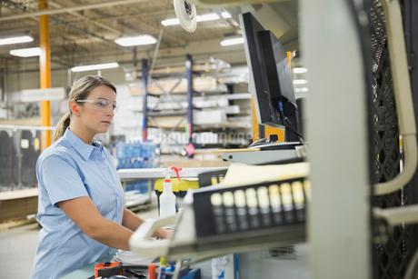 Female worker using computer in factoryの写真素材 [FYI02294310]