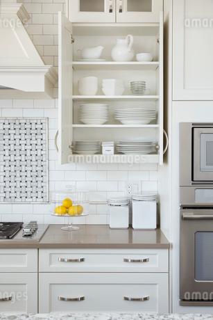 Organized dishes in kitchen cupboardの写真素材 [FYI02294393]