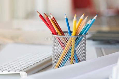 Desktop organizer with coloured pencilsの写真素材 [FYI02294398]