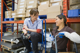 Workers talking in warehouseの写真素材 [FYI02294474]