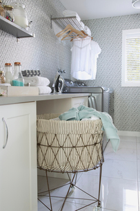 Laundry room in contemporary homeの写真素材 [FYI02294512]