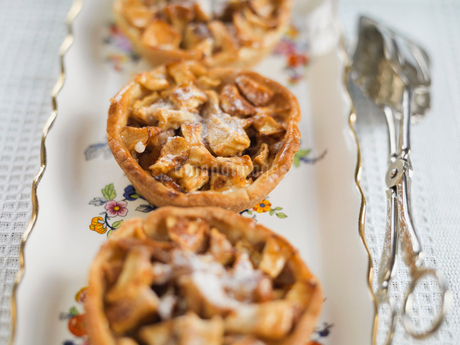 Individual apple tarts arranged on trayの写真素材 [FYI02294553]