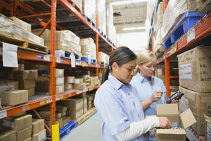 Workers picking inventory in warehouseの写真素材 [FYI02294554]