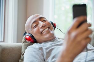 Man listening to music through mobile phoneの写真素材 [FYI02294569]