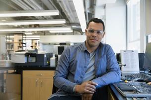 Portrait confident engineer in electronics laboratoryの写真素材 [FYI02294650]