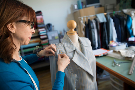 Dressmaker pinning suit on dressmakers modelの写真素材 [FYI02294654]