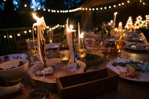 Melting candles and food on wedding reception tableの写真素材 [FYI02294939]