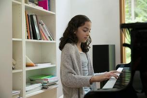 Girl playing pianoの写真素材 [FYI02294985]