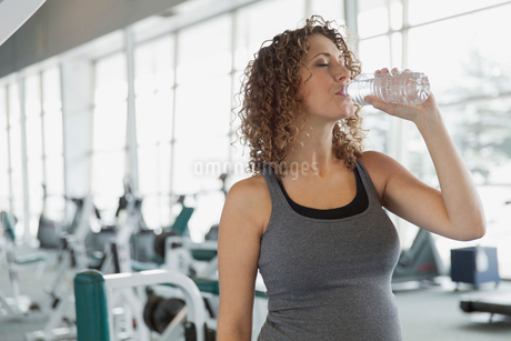 Pregnant woman drinking water at fitness center.の写真素材 [FYI02295111]
