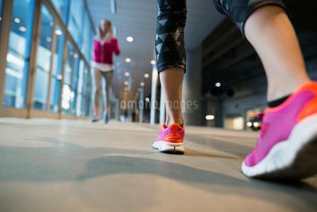 Woman walking on city sidewalkの写真素材 [FYI02295589]