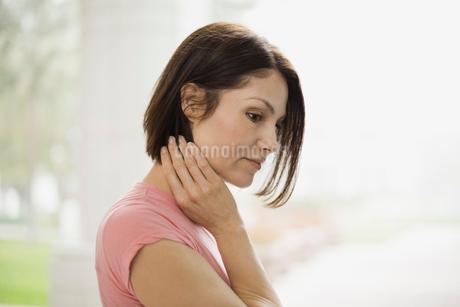 Pensive woman standing outdoorsの写真素材 [FYI02295974]
