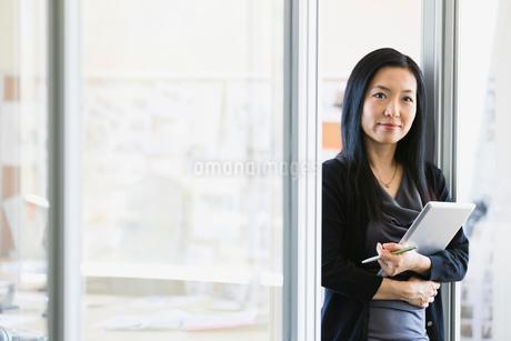 Businesswoman holding digital tablet in officeの写真素材 [FYI02295978]